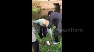 88-year-old retired soldier jumps into river to rescue toddler - Video