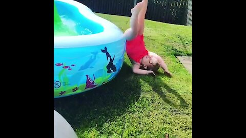 Little girl fails hilariously to jump in the pool