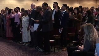 More than 100 people become U.S. citizens in Milwaukee
