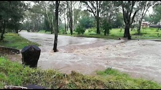 Rain causes flash flooding in Johannesburg (jy8)