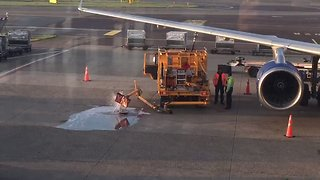 Ground Staff Oblivious as Fuel Spills Onto Runway at Amsterdam Airport - Video