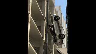 Driver Escapes Dangling Car in Austin - Video