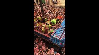 Thousands of people gather for La Tomatina in Buñol - Video