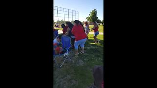 Parents fight at kids baseball match in the US - Video