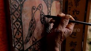 Octogenarian paints graffiti on house walls - Video