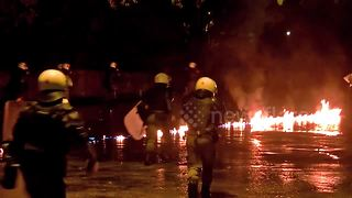 Greek anarchists hurl Molotov cocktails in clashes with police - Video