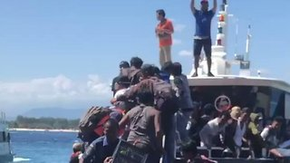 Terrified Tourists Flee Gili Islands After Lombok Earthquake - Video