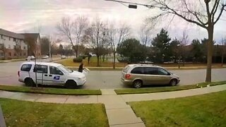 Milwaukee Police looking for suspects caught stealing packages from USPS vehicle