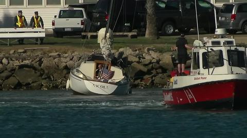 Runaway boat slams into rocks in docking attempt
