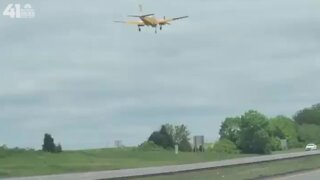 VIDEO: Bystander catches video of plane landing on I-470