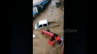 Flash floods sweep vehicles away in southern China - Video