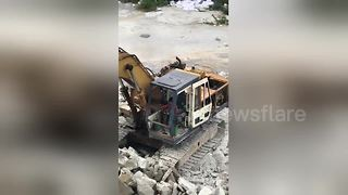 Six-year-old boy operates digger on Bangkok building site - Video