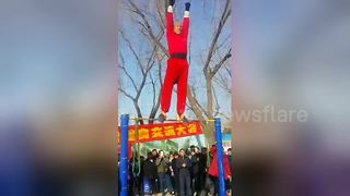 Elderly man pulls off incredible stunts on horizontal bar - Video