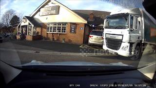 Helpful lorry driver helps older driver out of not-so-tight parking space - Video