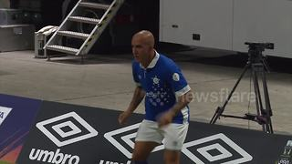 Di Canio's vigorous warm up raises eyebrows - Video