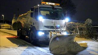 Snow ploughs clear roads in Leeds - Video