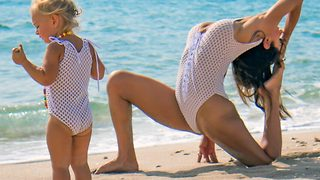 Super-fit mum carries out daily yoga routines with daughter - Video