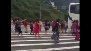 Chinese tourists turn motorway into dancefloor - Video