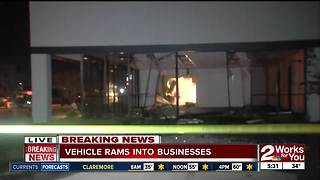 SUV rams into gun store, steals AR-15 rifles - Video