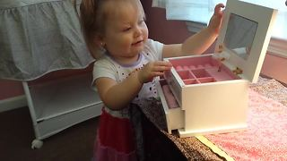 Toddler's heartwarming reaction to her first jewelry box - Video