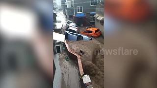 Flash flood sweeps away vehicles in China's Shanxi Province - Video