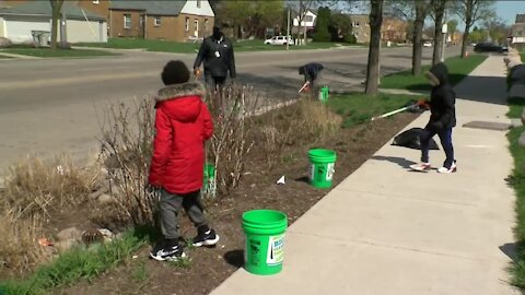 Milwaukee organizations gather to pick up trash left on the streets