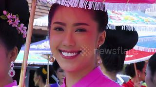 Tourists attend Thailand's colourful umbrella festival - Video