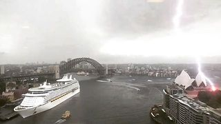 Lightning Near Miss at Sydney Opera House - Video