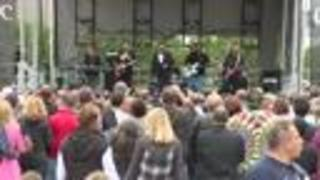 John Mellencamp surprises visitors at Rock and Roll Hall of Fame - Video