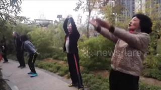 Roar! Chinese senior citizens practice kung fu very loudly in park