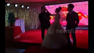 Bride slaps ceremony host after he makes inappropriate joke - Video