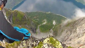 19 wingsuits jump off a cliff in Norway - Video