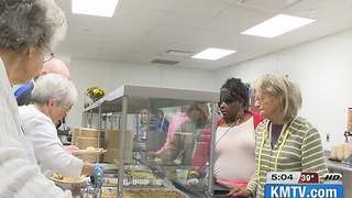 Thanksgiving dinners served to those in need - Video