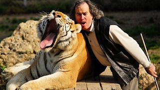 Fearless Man Has Five Tigers And Two Lions For Beast Buddies - Video