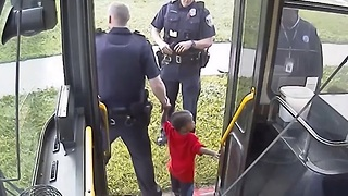Hero bus driver in Milwaukee helps lost 2-year-old boy - Video