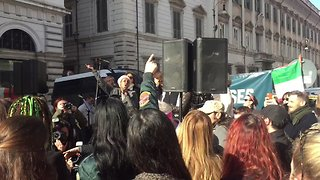 Crowds Sing 'This Little Light of Mine' at Women's March in Rome - Video