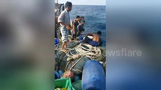 Dramatic rescue of holiday-markers after Thai boat sinks - Video