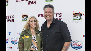 Gwen Stefani supports Blake Shelton from car
