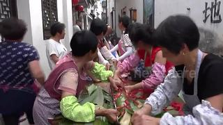 Villagers make 20-metre-long rice dumpling for Dragon Boat Festival - Video