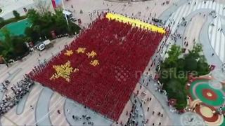 Thousands gather in China to form national flag - Video