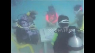 Chinese tourists play mahjong at bottom of sea - Video