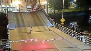 US cyclist ignores warning barriers and falls into drawbridge gap - Video