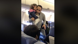 Passengers Travelling With Small Child Taken Off Southwest Flight From Chicago to Atlanta - Video