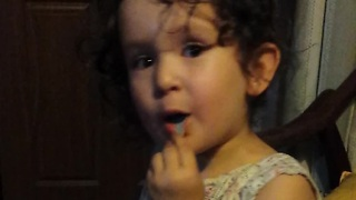 Adorable toddler explains why she doesn't like cats - Video