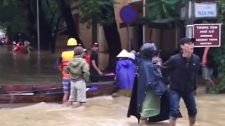Civilians Wade Through Waterlogged Streets of Hoi An's Ancient Town - Video