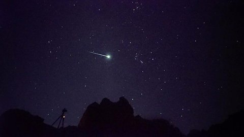 Incredible meteor shower video shows Geminid fireball falling from sky