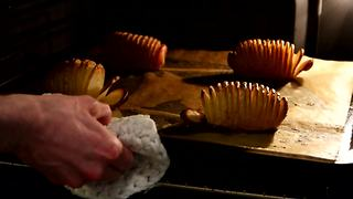 Mouthwatering recipe for Hasselback potatoes - Video