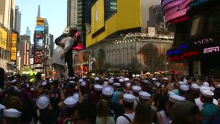 Hundreds reenact famous Times Square kiss