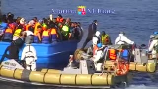 Italian Navy rescues hundreds of migrants after 40 die in Mediterranean - Video