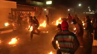 Fireball fight brings heat to Salvadoran town - Video
